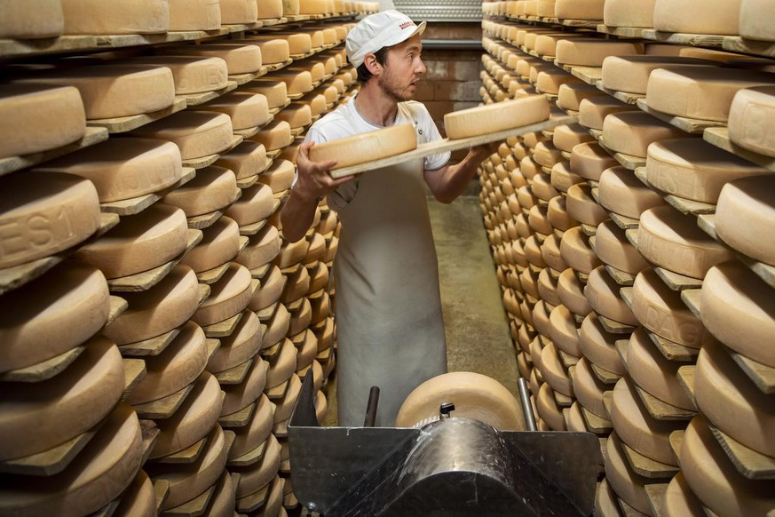 Le fromager Marc Dubosson, affine le fromage a Raclette