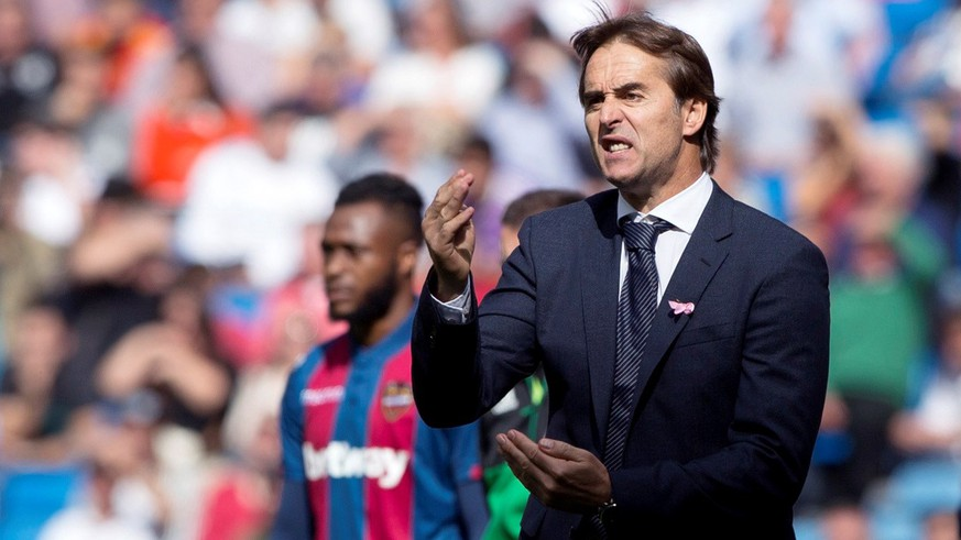 epa07106864 Real Madrid's head coach Julen Lopetegui reacts during the Spanish La Liga soccer match between Real Madrd and Levante UD at Santiago Bernabeu stadium in Madrid, Spain, 20 October 2018.  EPA/Rodrigo Jimenez