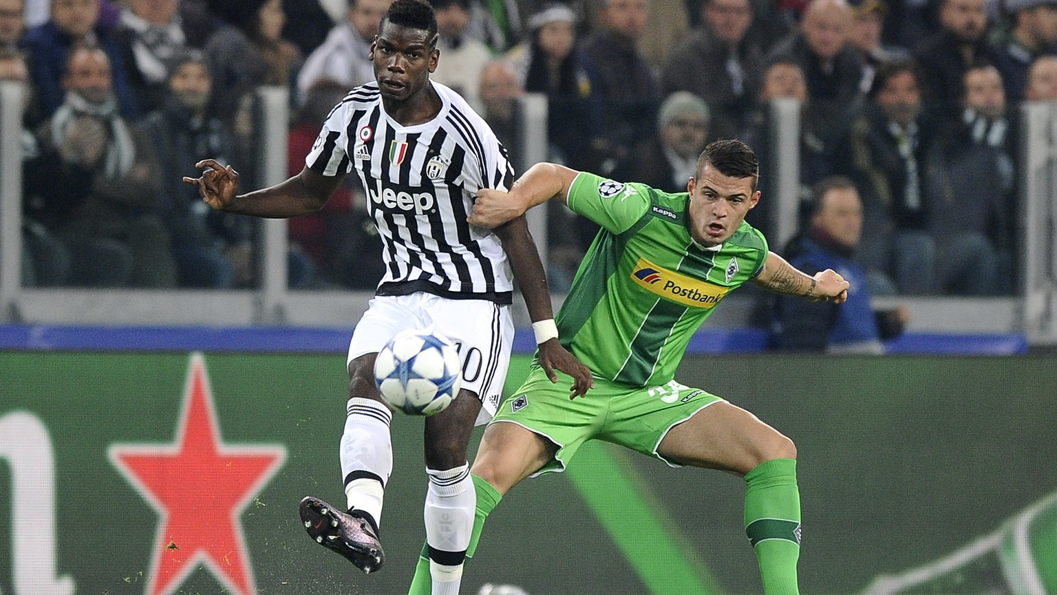 Juventus' Paul Lamine Pogba (L) fights for the ball with Borussia Monchengladbach's Granit Xhaka during their Champions League Group D soccer match at Juventus Stadium in Turin October 21, 2015. REUTERS/Giorgio Perottino