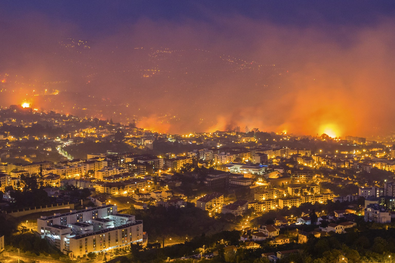 epa05469099 Forest fire in Funchal, Madeira Island, Portugal, 09 August 2016. The fire has led to the evacuation of 400 people.  Portugal remains on high alert as a wave of wildfires has swept the country with around 350 isolated fires affecting swathes of the countryside.  EPA/GREGÓRIO CUNHA