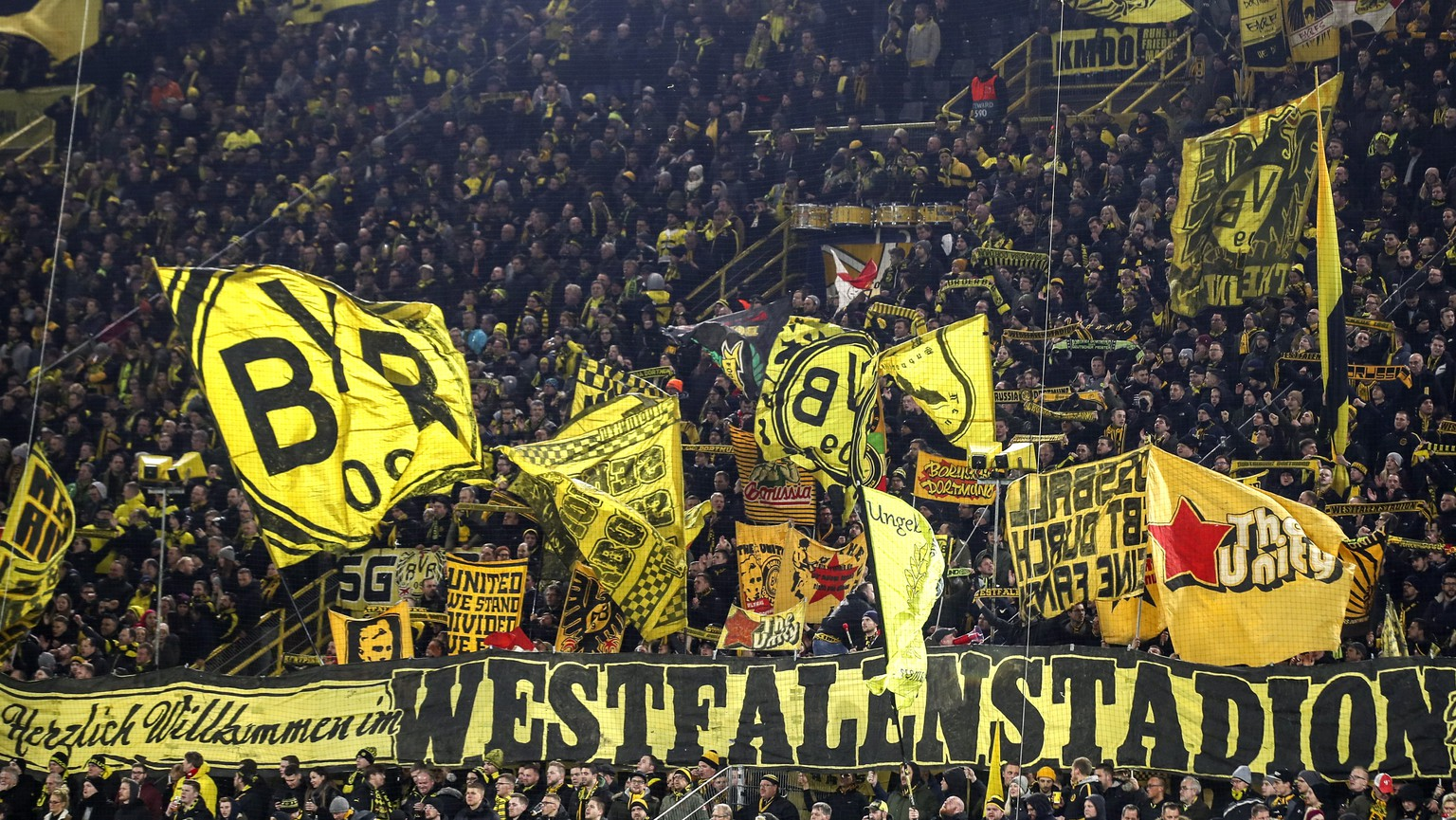 epa08060920 Dortmund's fans prior to the UEFA Champions League group F soccer match between Borussia Dortmund and Slavia Prague in Dortmund, Germany, 10 December 2019.  EPA/FRIEDEMANN VOGEL