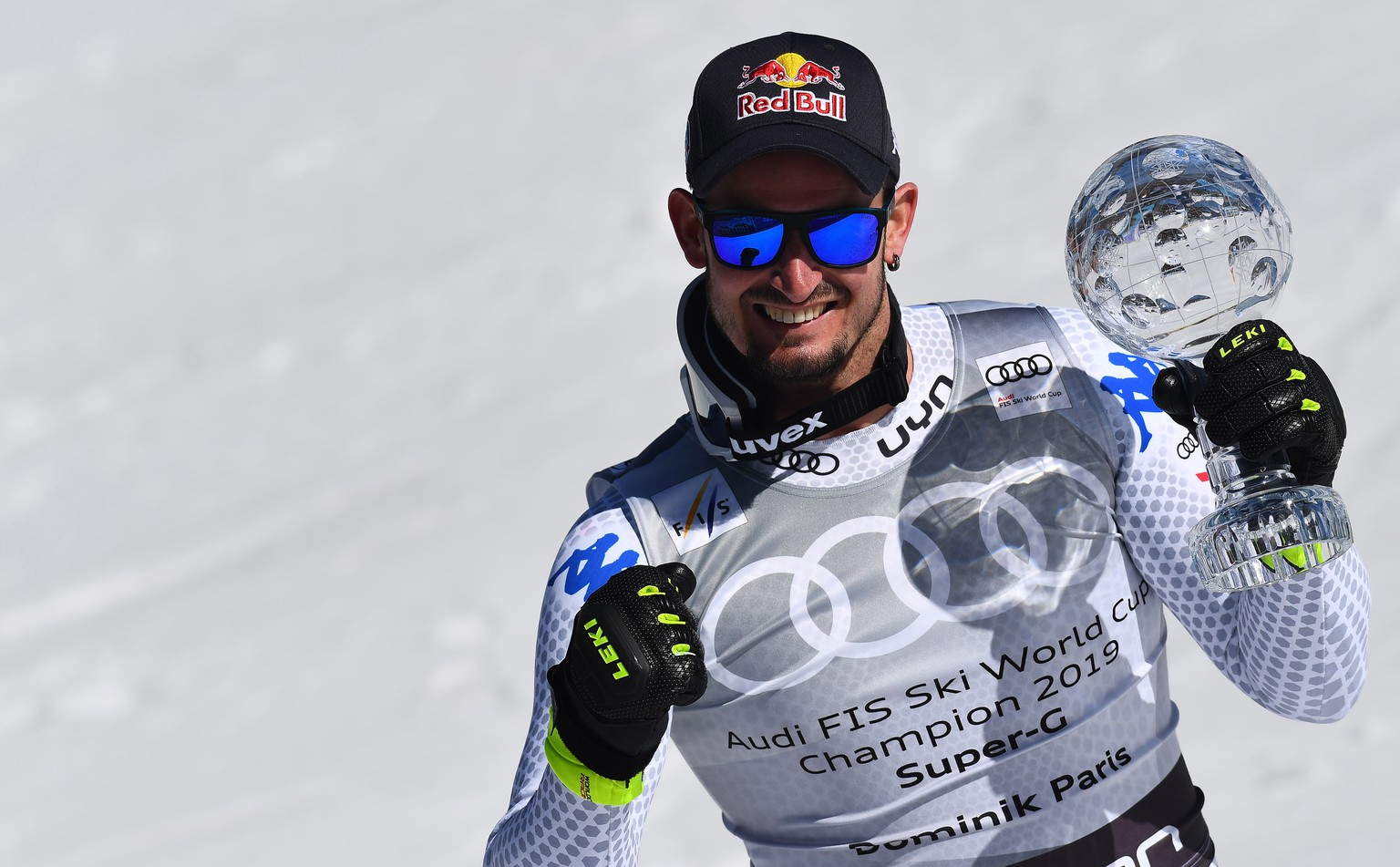 epa07436189 Super G World Cup winner Dominik Paris of Italy poses with his trophy after the men's Super G race of the FIS Alpine Skiing World Cup finals in Soldeu-El Tarter, Andorra, 14 March 2019.  EPA/CHRISTIAN BRUNA