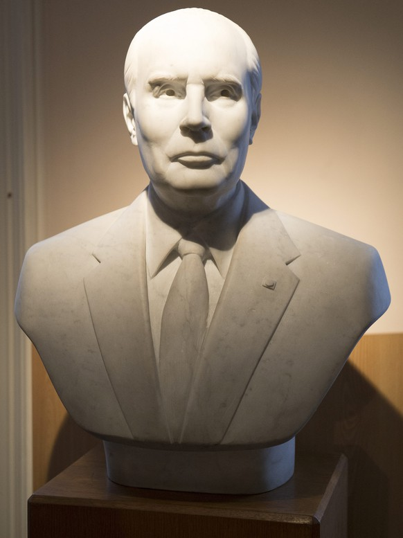 epa05092991 A bust of late French president Francois Mitterrand is on display at his natal house during the 20th anniversary of his death in Jarnac, France, 08 January 2016. Francois Mitterrand died of cancer in Paris on 08 January 1996. He was 79.  EPA/CAROLINE BLUMBERG