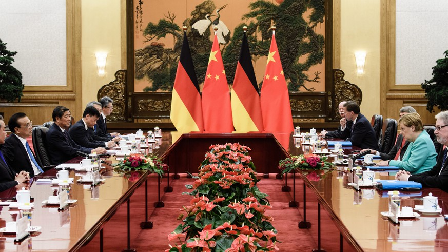 epa07821859 Chinese Premier Li Keqiang (2-L) and German Chancellor Angela Merkel (2-R) during a meeting at the Great Hall of the People in Beijing, China, 06 September 2019. German Chancellor Angela Merkel is on a visit to China from 06 to 07 September 2019.  EPA/CLEMENS BILAN