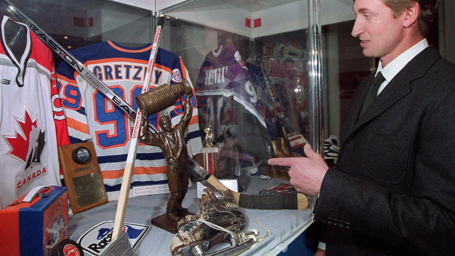 Wayne Gretzky stops to take a look at a display honoring him at the Hockey Hall of Fame in Toronto, October 18, 1999.  (KEYSTONE/AP Photo/Frank Gunn)