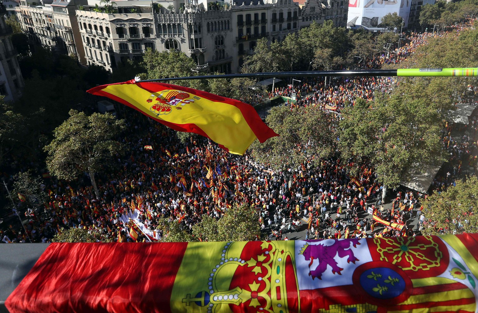 epa06296464 A Spansih flag waves as thousands of Catalan pro-union people march along the Paseo de Gracia avenue in Barcelona during a protest called by the Societat Civil Catalana (lit: Catalan Civil Society) under the slogan 'We all are Catalonia
