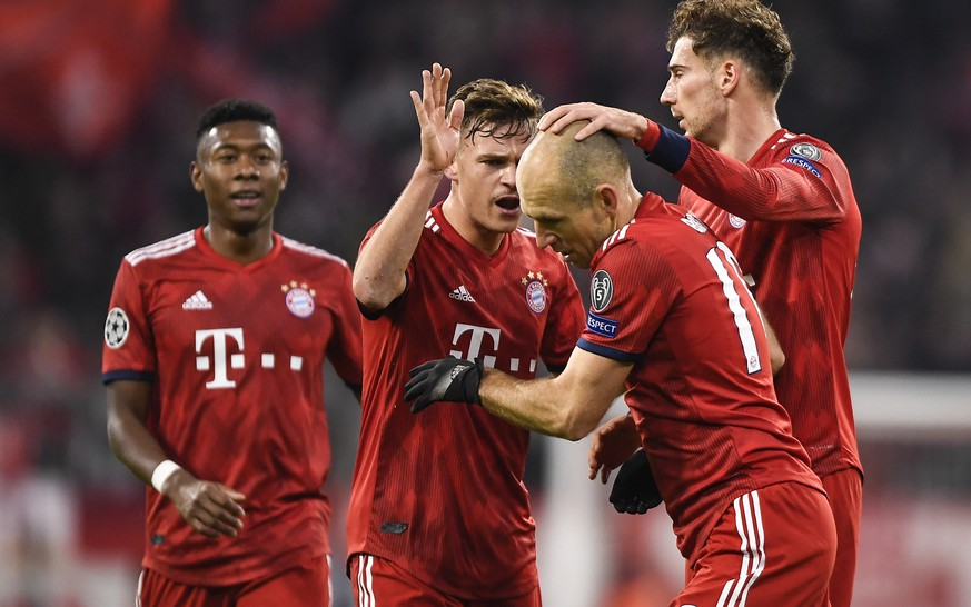 epa07193590 Bayern's Arjen Robben celebrates with team mates after scoring the 2-0 goal during the UEFA Champions League Group E soccer match between Bayern Munich and Benfica Lisbon FC in Munich, Germany, 27 November 2018.  EPA/LUKAS BARTH-TUTTAS