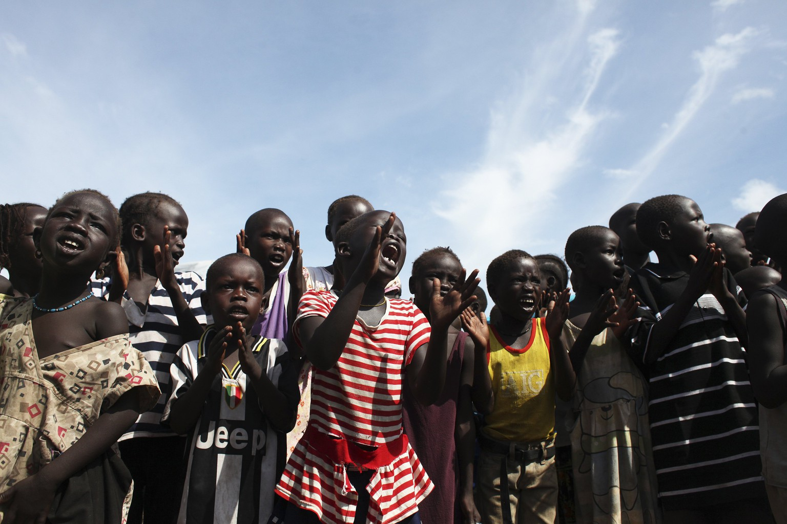Children sing slogans against South Sudan's President Salva Kiir in an IDP (internally displaced persons) camp in the United Nations Mission In South Sudan (UNMISS) base in Juba May 6, 2014. EUTERS/Andreea Campeanu  (SOUTH SUDAN - Tags: POLITICS CIVIL UNREST)