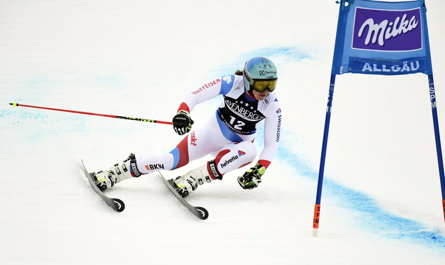 epa06590940 Wendy Holdener of Switzerland in action during the first run of the Women's Giant Slalom race at the FIS Alpine Skiing World Cup in Ofterschwang, Germany, 09 March 2018.  EPA/DANIEL KOPATSCH