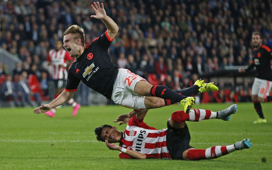 Football - PSV Eindhoven v Manchester United - UEFA Champions League Group Stage - Group B - Philips Stadion, Eindhoven, Netherlands - 15/9/15. Manchester United's Luke Shaw goes down injured after this challenge from PSV's Hector Moreno - Photo: Andrew Couldridge/action images (EQ Images) SWITZERLAND ONLY