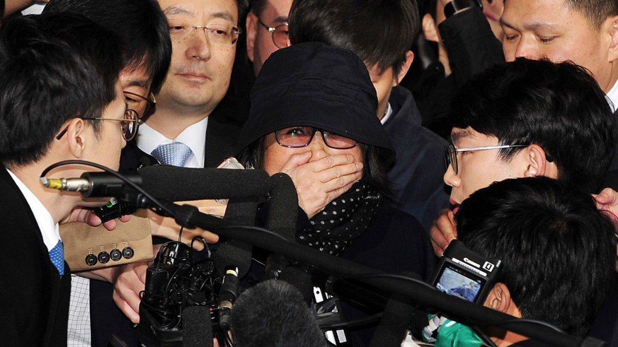 epa05610843 Choi Soon-sil (C), who is alleged of having meddled in state affairs and peddled influence on various state projects by exploiting her friendship with South Korean President Park Geun-hye, as she arrives to the Seoul Central District Prosecution Office for questioning in Seoul, South Korea, 31 October 2016. On 25 October, South Korean President Park Geun-hye issued a rare public apology, over a leak of confidential documents, acknowledging close ties to Choi Sun-sil who is in the center of a corruption scandal.  EPA/JUNG UI-CHEL