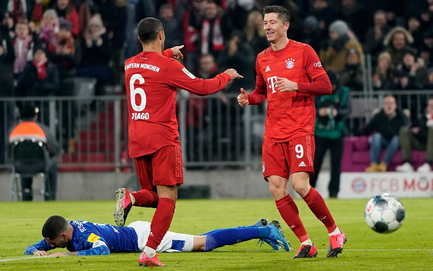 epa08164374 Thiago of Bayern (L) celebrates scoring the fourth goal with Robert Lewandowski of Bayern (R) during the German Bundesliga soccer match between FC Bayern Munich and FC Schalke 04 in Munich, Germany, 25 January 2020.  EPA/RONALD WITTEK CONDITIONS - ATTENTION: The DFL regulations prohibit any use of photographs as image sequences and/or quasi-video.