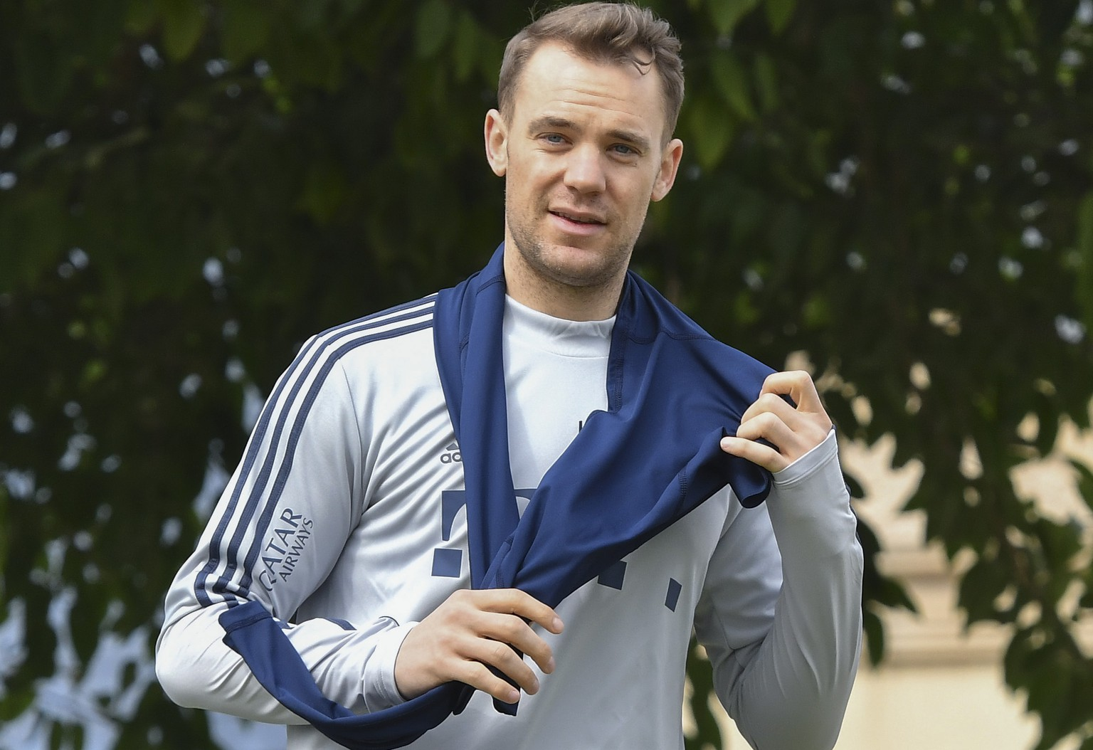 epa08104535 FC Bayern Muenchen goalkeeper Manuel Neuer arrives for a practice session during the team's winter training camp in Doha, Qatar, 05 January 2020. Bayern Munich holds the training camp until 10 January 2020.  EPA/NOUSHAD THEKKAYIL