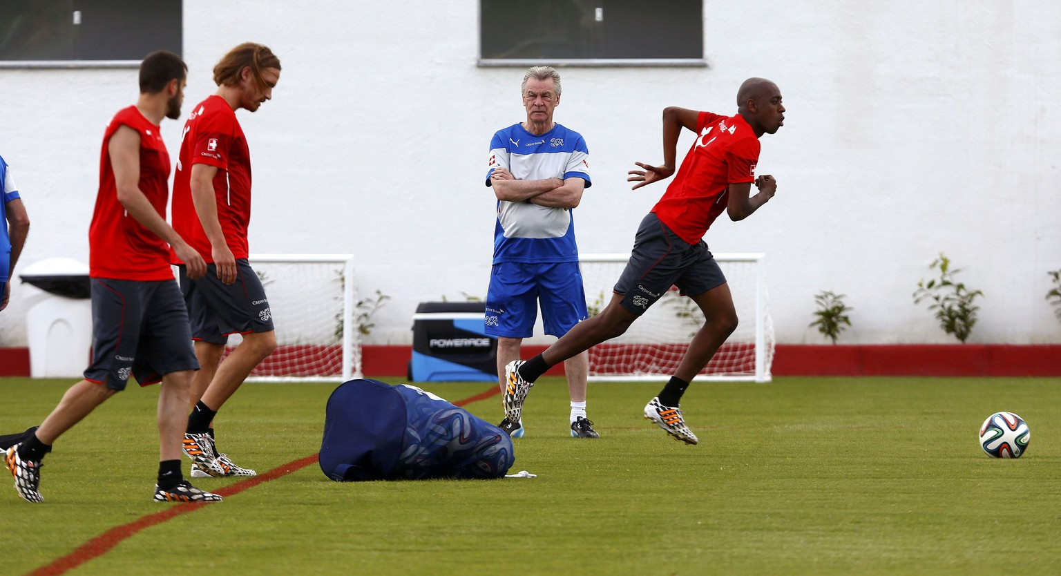 Switzerland's national soccer team coach Ottmar Hitzfeld (2nd R) watches his players during a training session at the stadium in Porto Seguro June 21, 2014. The players pictured are (L to R): Tranquillo Barnetta, Michael Lang, coach Hitzfeld and Gelson Fernandes. REUTERS/Arnd Wiegmann (BRAZIL  - Tags: SOCCER SPORT WORLD CUP)