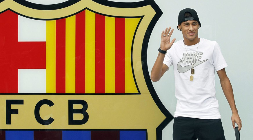 epa03729083 Brazilian forward Neymar waves during his presentation as new player of FC Barcelona at the team's facilities in Barcelona, northeastern Spain, 03 June 2013. Neymar arrived in Barcelona to sign a five-year contract with the Spanish Primera Division side.  EPA/ANDREU DALMAU