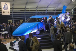 ZUR KAUFABSICHT UELI MAURER VON PILATUS PC-24 TWIN-JETS FUER DEN BUNDESRAT STELLEN WIR IHNEN FOLGENDES BILDMATERIAL ZUR VERFUEGUNG - Visitors look at a 1:1 model of the new aircraft Pilatus PC-24 Twin-Jet after its unveiling, during the 13th Annual European Business Aviation Convention and Exhibition, EBACE, at the Geneva Palexpo Conference Center near to the Geneva Airport in Geneva, Switzerland, Tuesday, May 21, 2013. (KEYSTONE/Salvatore Di Nolfi)