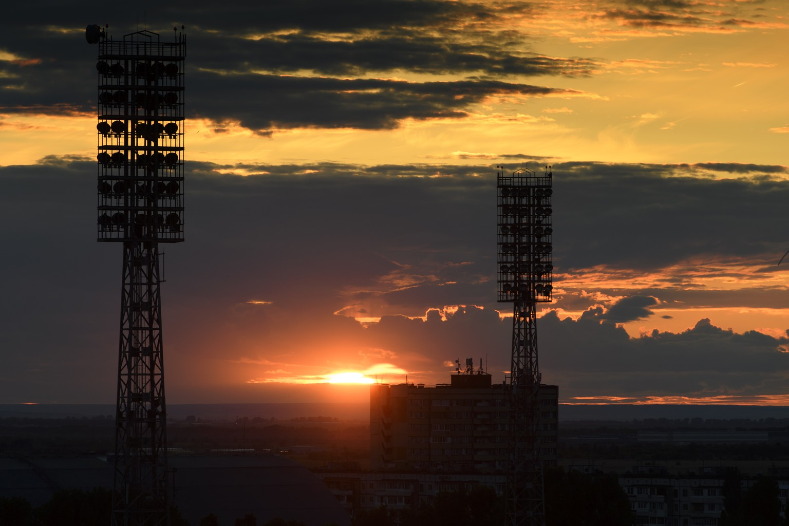 The sun sets behind lighting masts of the Torpedo Stadium where the Switzerland's national soccer team practice, in Togliatti, Russia, Monday, June 11, 2018. The Swiss team arrived in Russia for the FIFA World Cup 2018 taking place from 14 June until 15 July 2018. Team Switzerland is based in Togliatti in the Samara district. (KEYSTONE/Laurent Gillieron)
