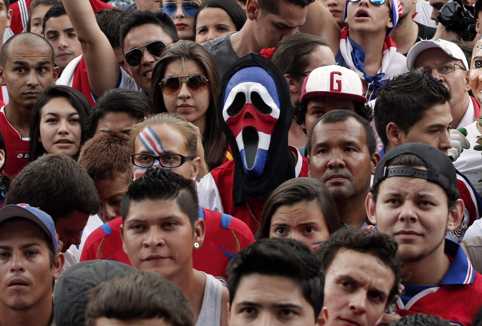 Fans of Costa Rica watch a broadcast of the 2014 World Cup round of 16 game between Costa Rica and Greece, in San Jose June 29, 2014. REUTERS/Juan Carlos Ulate (COSTA RICA - Tags: SPORT SOCCER WORLD CUP TPX IMAGES OF THE DAY)