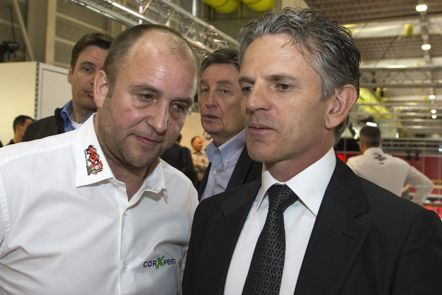 Fred Corminboeuf, left, team manager of TECHNOMAG-Carxpert team, speaks with the main team sponsor of the TECHNOMAG-Carxpert team Olivier Metraux, right, at the presentation of the TECHNOMAG-Carxpert team for the 2013 Grand Prix season, during a press conference at the 83rd Geneva International Motor Show in Geneva, Switzerland, Tuesday, March 5, 2013. (KEYSTONE/Salvatore Di Nolfi)