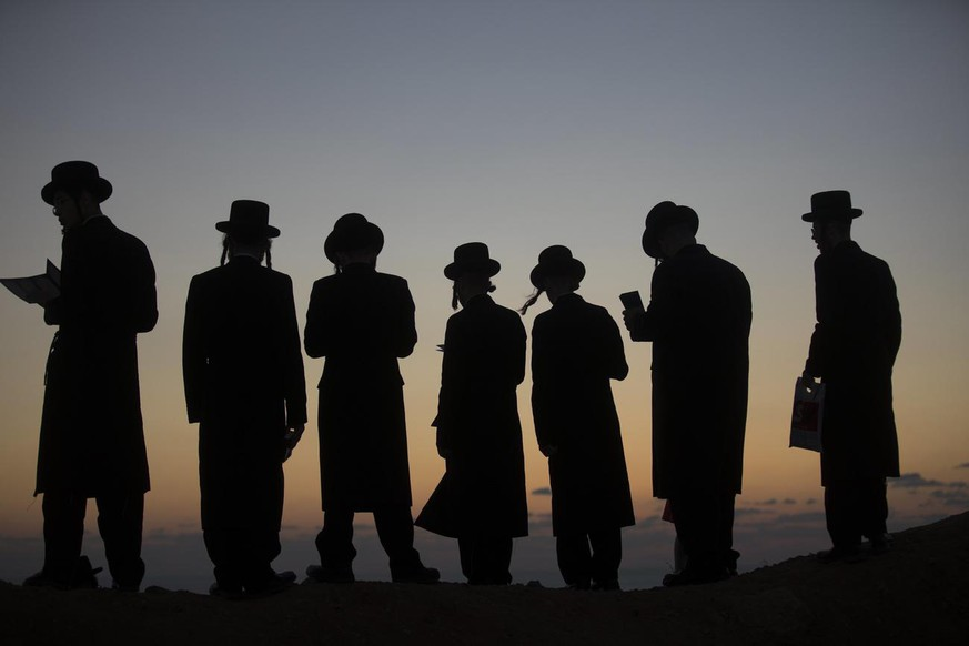 epa06232622 Ultra-Orthodox Jews perform a Jewish prayer named Tashlich a day ahead of Yom Kippur, on a hill overlooking the Mediterranean Sea, next to the Israeli city of Herzeliya, Israel, 28 September 2017. Yom Kippur begins at sunset of 29 September 2017 when the entire country comes to a standstill as people fast and spend much of the day in prayer till the evening of 30 September 2017. EPA/ATEF SAFADI