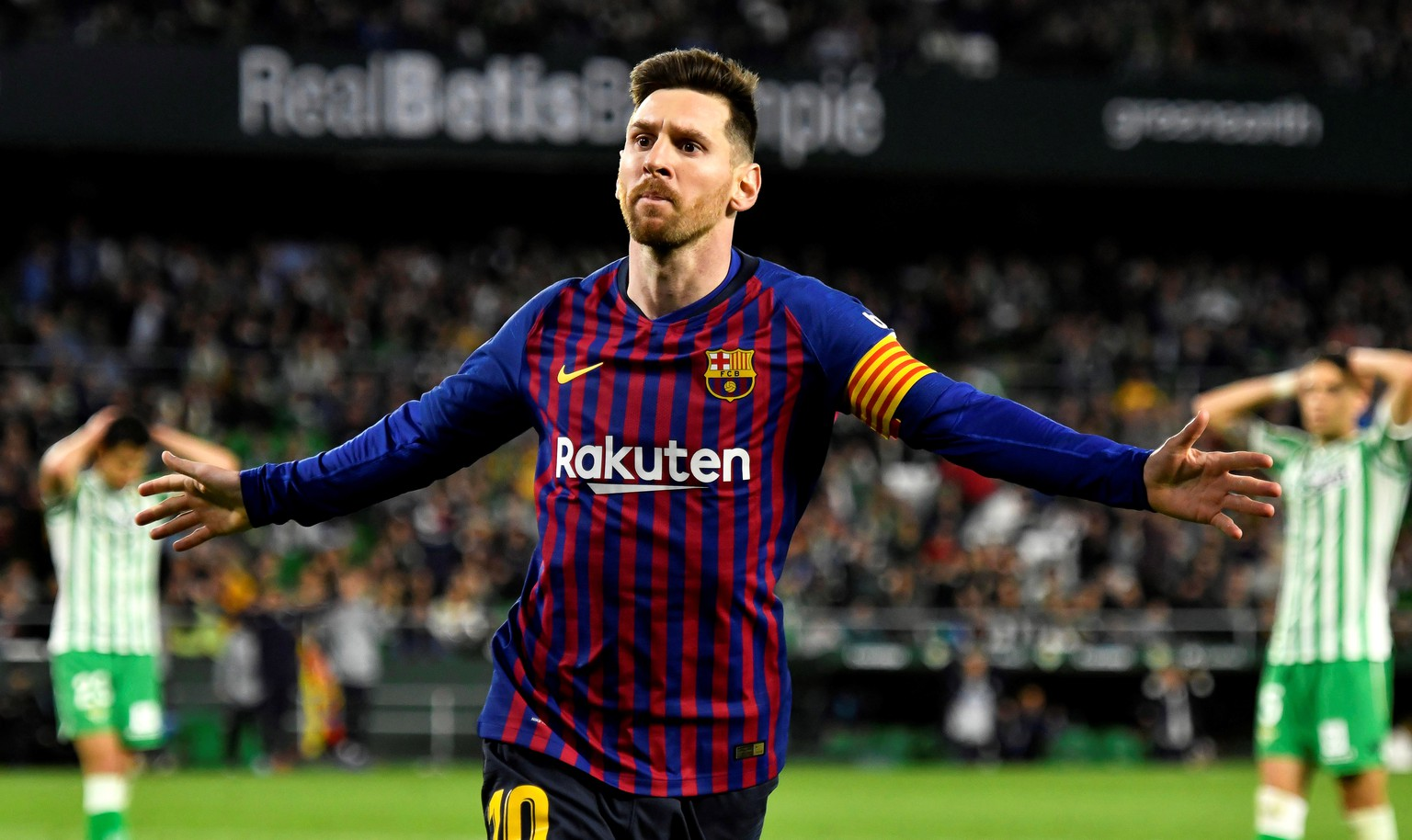 epa07446018 FC Barcelona's Lionel Messi celebrates after scoring the 4-1 lead during the Spanish La Liga soccer match between Real Betis and FC Barcelona in Seville, southern Spain, 17 March 2019.  EPA/RAUL CARO