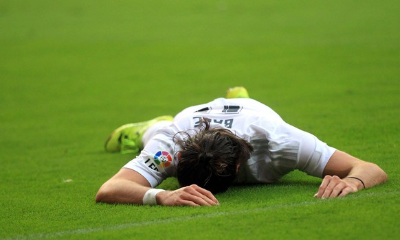 epa04895311 Real Madrid's Gareth Bale lies on the pitch during the Spanish Liga Primera Division soccer against Sporting Gijon match played at El Molinon stadium, in Gijon, northern Spain, 23 August 2015.  EPA/JOSE LUIS CEREIJIDO
