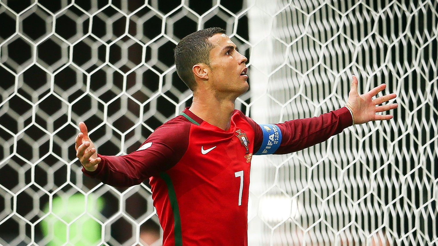epa06047846 Portugal's Cristiano Ronaldo celebrates after scoring the 1-0 lead from the penalty spot during the FIFA Confederations Cup 2017 group A soccer match between New Zealand and Portugal at the Saint Petersburg stadium in St.Petersburg, Russia, 24 June 2017.  EPA/MARIO CRUZ