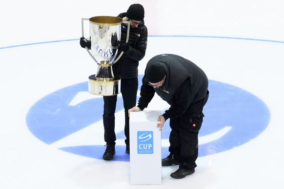 Technical staff members set up the Swiss Ice Hockey Cup Trophy before the Swiss Ice Hockey Cup final game between EHC Kloten and Geneve-Servette HC, at the SWISS Arena ice stadium, in Kloten, Wednesday, February 1, 2017. (KEYSTONE/Ennio Leanza)