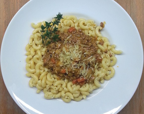 zürcher chatzegschrei ghackets mit hörnli fleisch pasta nudeln schweizer küche rezept zürich essen food https://lillyson.wordpress.com/2011/01/10/zurcher-chatzegschrei-ghackets-mit-hornli/
