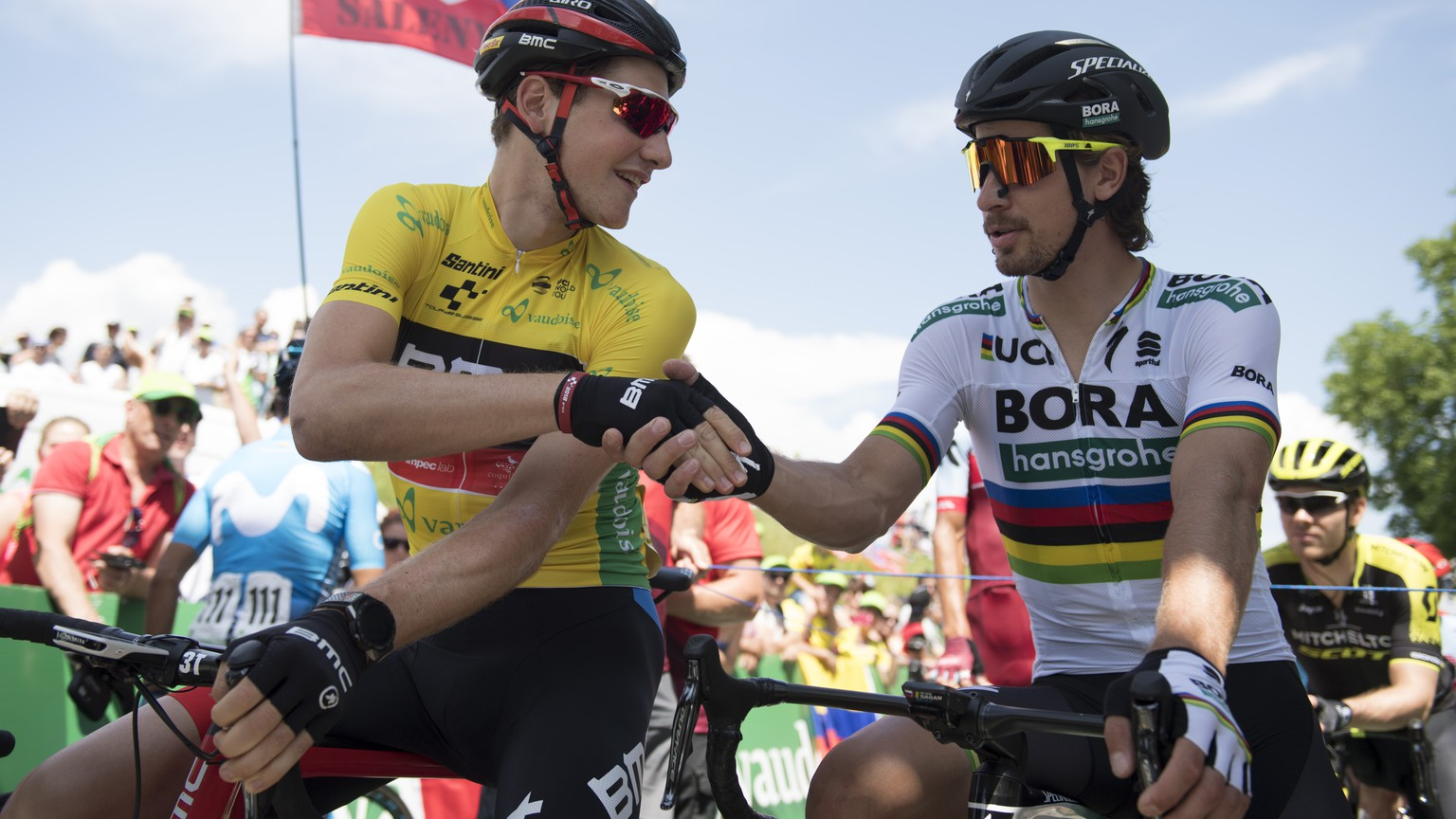 Switzerland's Stefan Kueng of BMC Racing Team in the yellow leader jersey, left, and Slovakia's Peter Sagan of the Bora-Hansgrohe Team, right, before the 2nd stage, a 155 km round course in Frauenfeld, Switzerland, at the 82. Tour de Suisse UCI ProTour cycling race, on Sunday, June 10, 2018. (KEYSTONE/Gian Ehrenzeller)