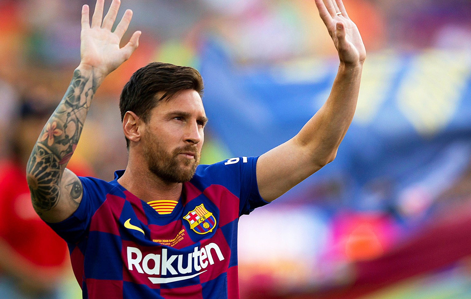 epa08625667 (FILE) - FC Barcelona's Argentinian forward Lionel Messi greets fans prior to the Joan Gamper Trophy soccer match between FC Barcelona and Arsenal FC at Camp Nou in Barcelona, Spain, 04 August 2019, re-issued 25 August 2020. Messi has sent a certified letter to the club  on 25 August communicating his intentions to leave the club.  EPA/ANDREU DALMAU *** Local Caption *** 55378795