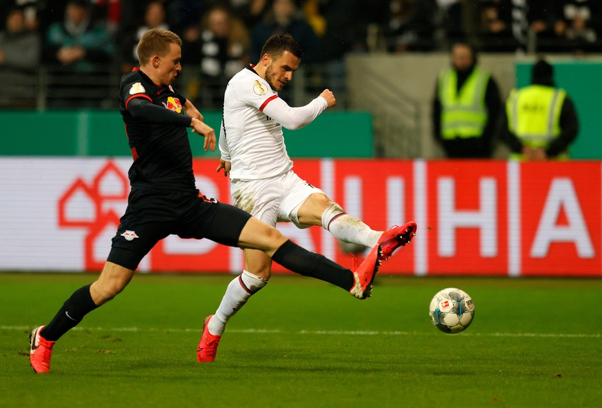 epa08192856 Frankfurt's Filip Kostic (R) scores the 3-1 lead during the German DFB Cup round of sixteen soccer match between Eintracht Frankfurt and RB Leipzig in Frankfurt, Germany, 04 February 2020.  EPA/Ronald Wittek CONDITIONS - ATTENTION: The DFB regulations prohibit any use of photographs as image sequences and/or quasi-video.