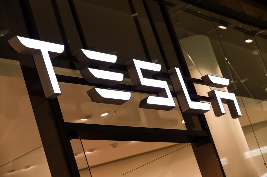 epa08560159 (FILE) - A Tesla logo is seen in a showroom in Berlin, Germany, 13 November 2019 (reissued 22 July 2020). Tesla, the most valuable auto company in the world after surpassing Toyota in early July, is to publish their 2nd quarter results on 22 July 2020 after markets close.  EPA/FELIPE TRUEBA *** Local Caption *** 56189814