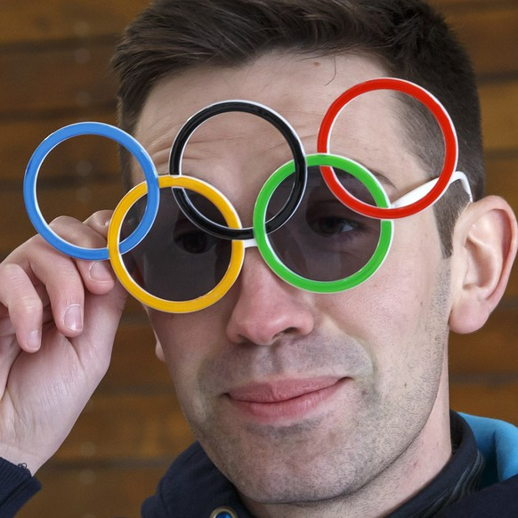 Switzerland's skip Peter de Cruz, left, Ambassador of Lausanne 2020 and Olympic bronze medal in the curling, removes glasses of the Olympic rings, during a shooting film for promoting the Winter Youth Olympic Games Lausanne 2020, at the Geneva curling club, in Geneva, Switzerland, Wednesday, March 20, 2019. (KEYSTONE/Salvatore Di Nolfi)