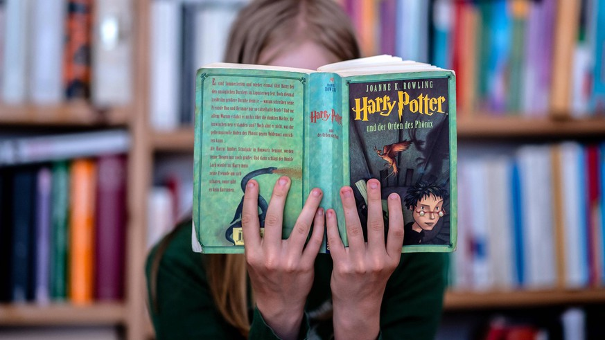 19. Juli 2020: Dresden Sachsen, Literatur: Ein Maedchen liest das Buch Harry Potter und der Orden des Phoenix von Joanne K. Rowling. *** 19 July 2020 Dresden Saxony , Literature A girl reads the book Harry Potter and the Order of the Phoenix by Joanne K Rowling
