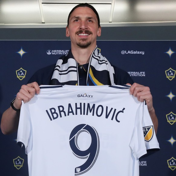 epaselect epa06637909 Zlatan Ibrahimovic poses with his jersey at a press conference introducing him as a member of the LA Galaxy in Carson, California, USA, 30 March 2018.  EPA/ANDREW GOMBERT