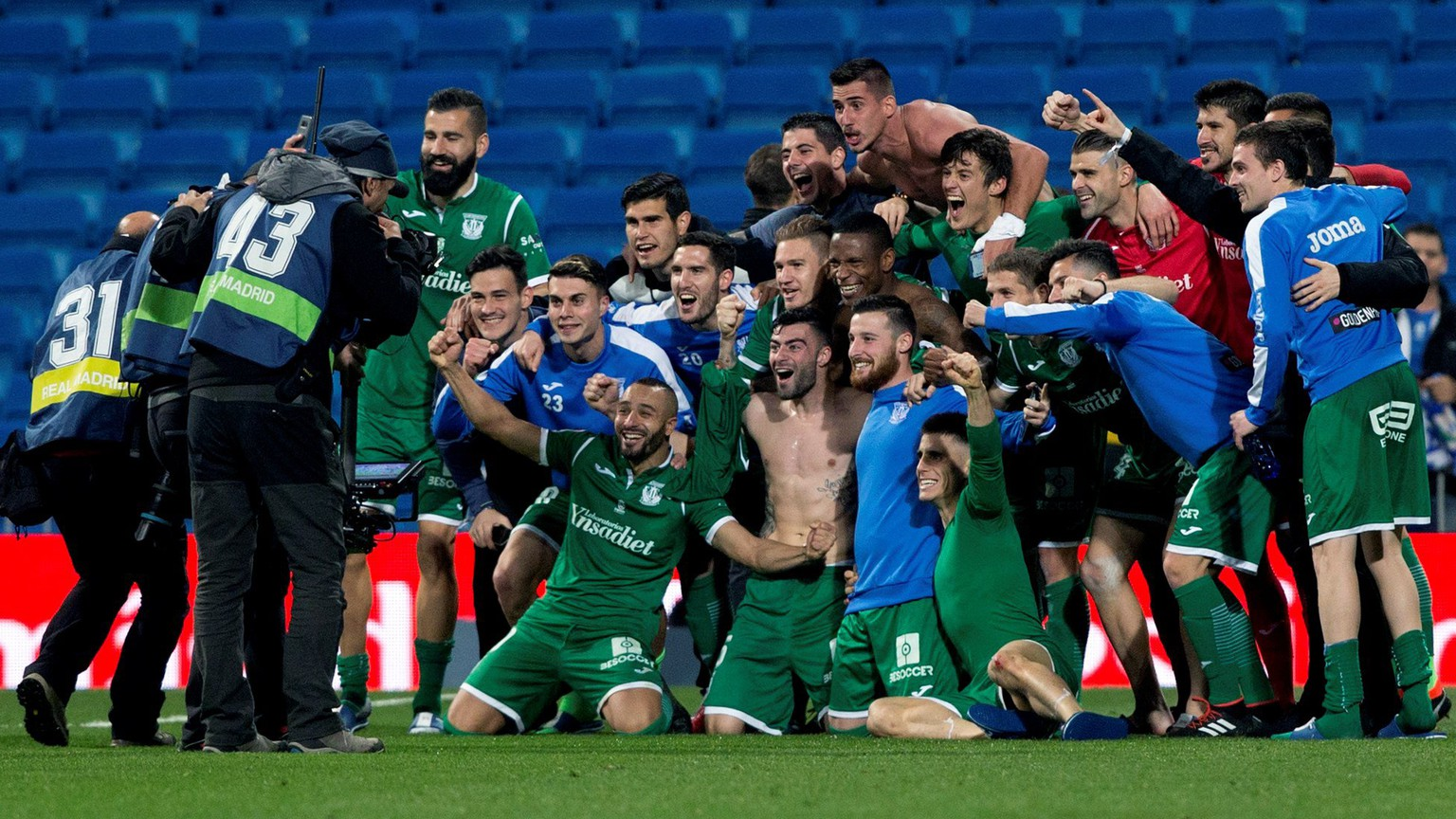 epa06471890 Leganes' players celebrate the victory during the King's Cup quarter-final second leg match between Real Madrid and Leganes at the Santiago Bernabeu stadium in Madrid, Spain, 24 January 2018.  EPA/Rodrigo Jimenez
