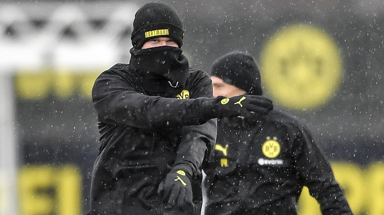 Dortmund's Erling Haaland exercises in the rain during the last training session prior the Champions League match in Dortmund, Germany, Monday, Feb. 17, 2020. Borussia Dortmund will play against Paris Saint Germain in a Champions League round of 16 first leg soccer match in Dortmund on Tuesday. (AP Photo/Martin Meissner)