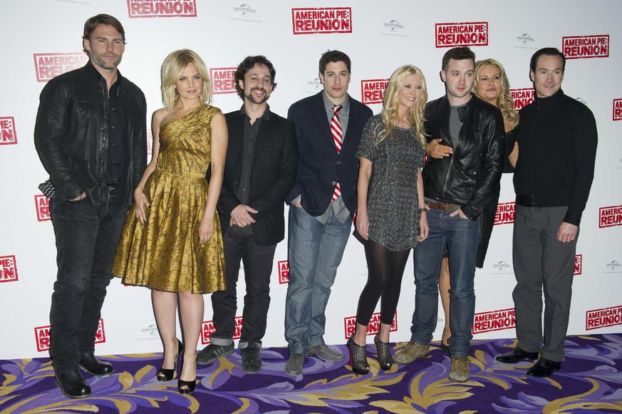 From left, U.S actor, Seann William Scott, U.S actress, Mena Suvari, U.S actors, Eddie Kaye Thomas, Jason Biggs, U.S actress, Tara Reid, U.S actor, Thomas Ian Nicholas, U.S actress Jennifer Coolidge and U.S actor Chris Klein from the cast of American Pie The Reunion pose for photographers in a central London venue, Monday, April 16, 2012. (AP Photo/Jonathan Short)