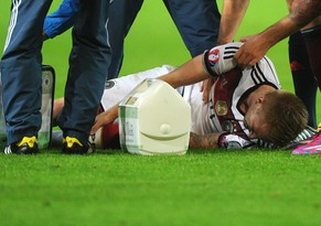 epa04390355 Germany's Marco Reus (bottom) receives medical attention before leaving the pitch due to an injury during the UEFA EURO 2016 qualifying soccer match between Germany and Scotland in Dortmund, Germany, 07 September 2014. Germany won 2-1.  EPA/JONAS GUETTLER