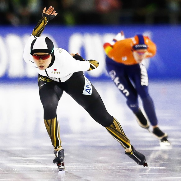 epa08278328 Miho Takagi (L) of Japan and Ireen Wust (R) of the Netherlands in action during the women's 1,500m race of the ISU Speed Skating World Cup finals at the Thialf Ice Arena in Heerenveen, Netherlands, 08 March 2020. Wust won the event ahead of second placed Takagi.  EPA/VINCENT JANNINK