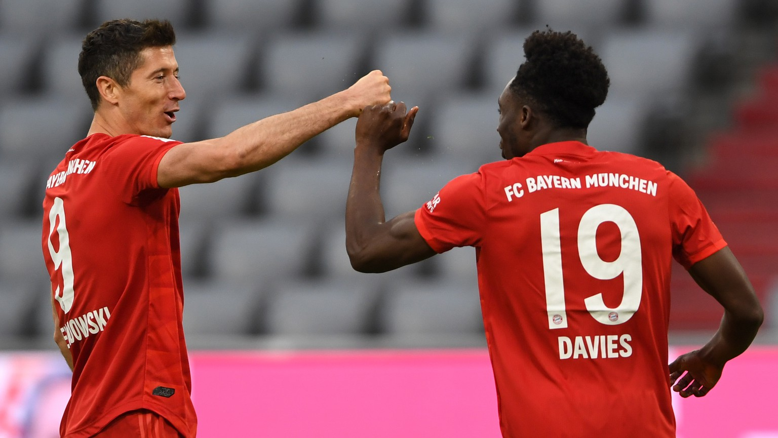 epa08454683 Bayern Munich's Polish forward Robert Lewandowski (L) and Bayern Munich's Canadian midfielder Alphonso Davies celebrate the 5-0 during the German Bundesliga soccer match between FC Bayern Munich and Fortuna Duesseldorf at the Allianz Arena stadium in Munich, southern Germany, 30 May 2020.  EPA/CHRISTOF STACHE / POOL CONDITIONS - ATTENTION:  The DFL regulations prohibit any use of photographs as image sequences and/or quasi-video.