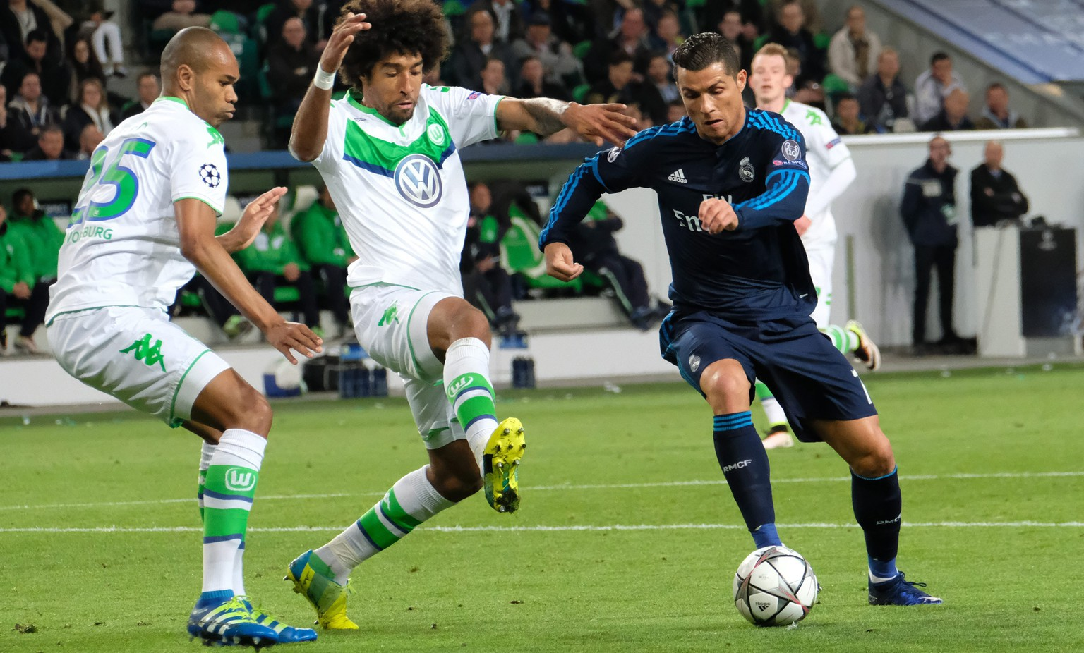 epa05246828 Wolfsburg's Dante (C) and Madrid's Cristiano Ronaldo (R) in action during the UEFA Champions League quarter final first leg soccer match between VfL Wolfsburg and Real Madrid at Volkswagen Arena in Wolfsburg, Germany, 06 April 2016.  EPA/PETER STEFFEN