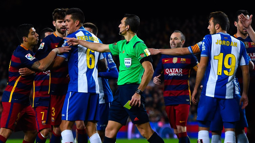 BARCELONA, SPAIN - JANUARY 06:  Luis Suarez of FC Barcelona (L) argues with RCD Espanyol players during the Copa del Rey Round of 16 first leg match between FC Barcelona and RCD Espanyol at Camp Nou on January 6, 2016 in Barcelona, Spain.  (Photo by David Ramos/Getty Images)