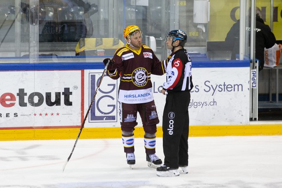 Geneve-Servette's forward Linus Omark, of Sweden, left, talks to Head referee Alex Dipietro after the National League regular season game of the Swiss Championship between Geneve-Servette HC and EHC Biel-Bienne, at the ice stadium Les Vernets, in Geneva, Switzerland, Saturday, March 13, 2021. The game is played behind closed doors due to the coronavirus COVID-19 pandemic. (KEYSTONE/Salvatore Di Nolfi)