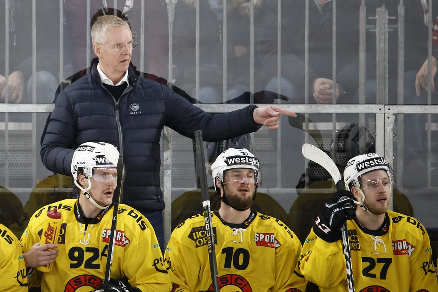 Bern's Head coach Kari Jalonen gestures behind his players center Gaetan Haas, left, forward Tristan Scherwey, center, and forward Marc Kaempf, right, during a National League regular season game of the Swiss Championship between Lausanne HC and SC Bern, at the Malley 2.0 temporary stadium in Lausanne, Switzerland, Saturday, December 9, 2017. (KEYSTONE/Salvatore Di Nolfi)