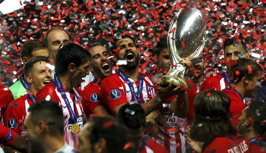epa06951899 Players of Real Atletico celebrate with the trophy after winning 4-2 the UEFA Super Cup match Real Atletico vs Real Madrid at the Lillekula Stadium in Tallinn, Estonia, 15 August 2018.  EPA/TOMS KALNINS