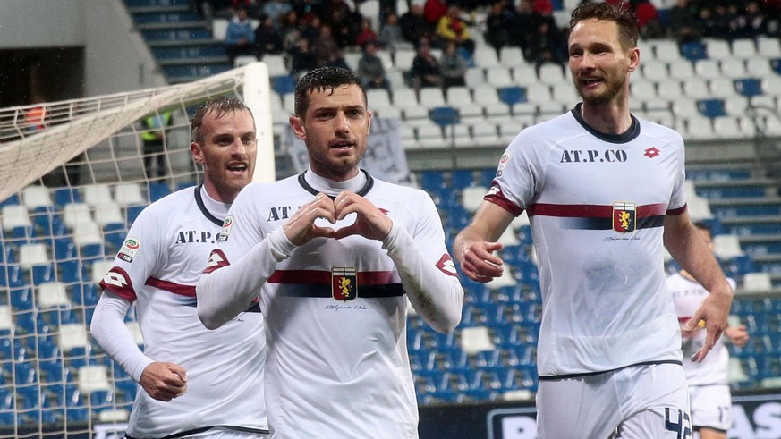epa05251167 Genoa's Blerim Dzemaili jubilates with his teammates after scoring the goal during the Italian Serie A soccer match US Sassuolo vs Genoa CFC at Mapei  Stadium in Reggio Emilia, Italy, 9 April 2016.  EPA/SERENA CAMPANINI