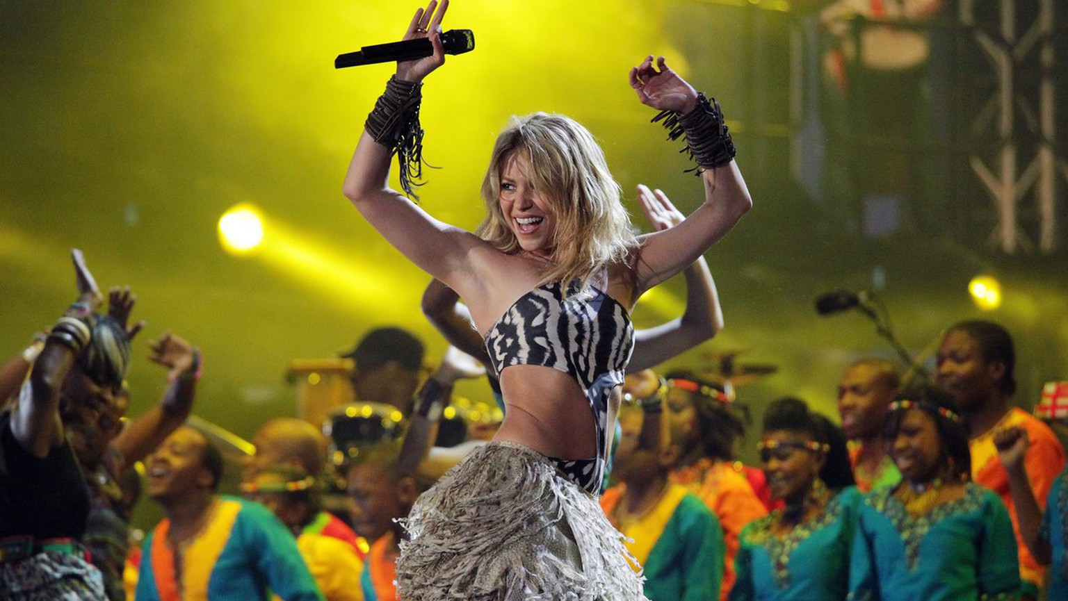 epa02195751 Colombian singer Shakira (C) performs during the FIFA World Cup Kickoff concert at Orlando Stadium in Soweto, Johannesburg, South Africa, 10 June 2010. The FIFA 2010 World Cup is due to kick off in Johannesburg on 11 June.  EPA/JON HRUSA